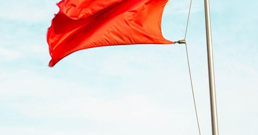 Steaguri roșii mari care indică escrocherii la cazinouri online